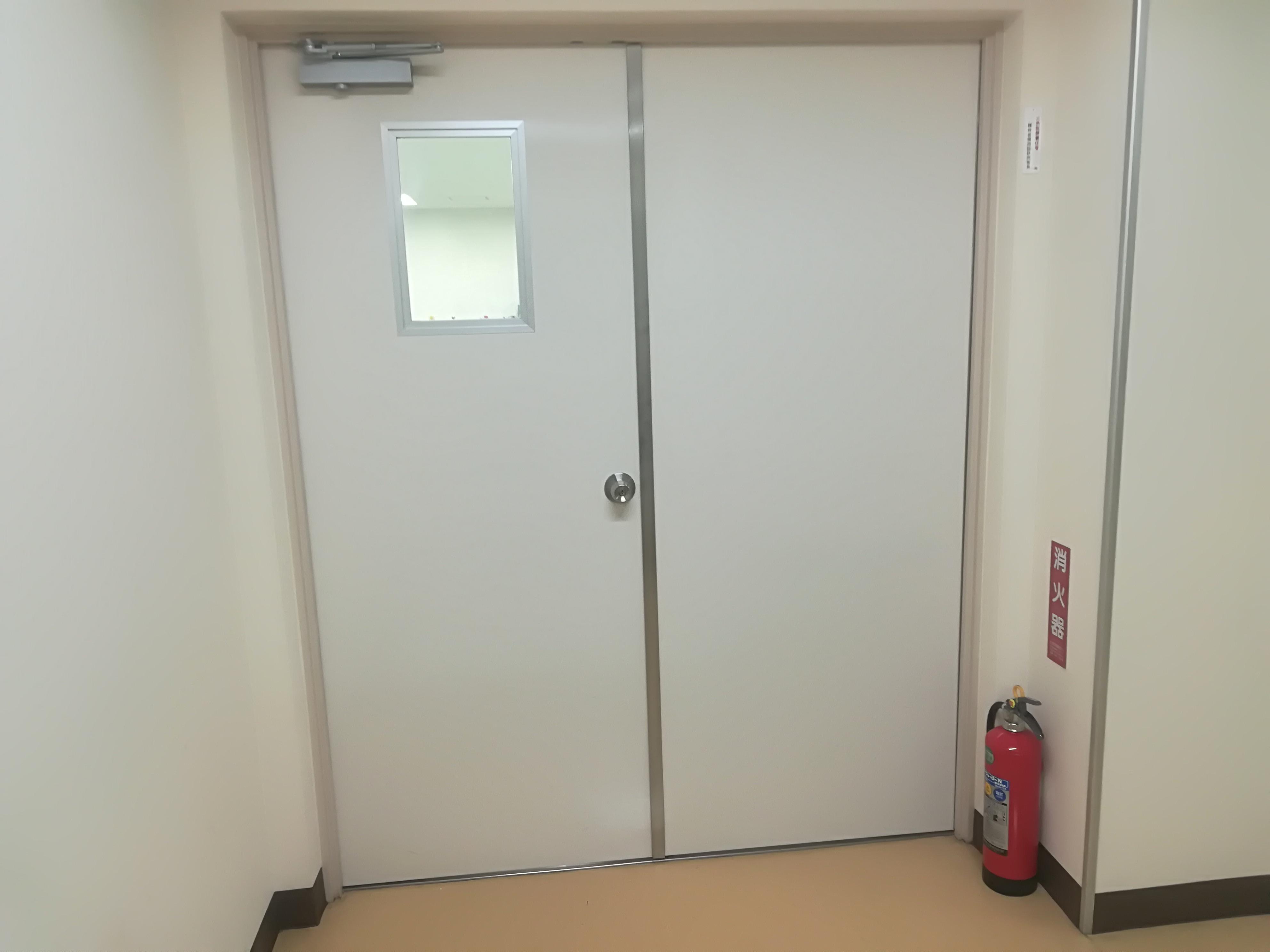 窓付き両開きドアへの取り替え工事